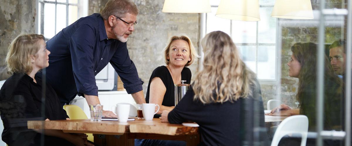 Artikel om praktisering af en logisk møde politik, mødelogik i praksis